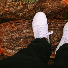 Sfaturi practice pentru curățarea pantofilor sport albi