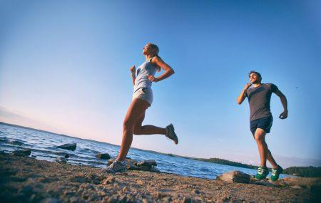 Vara alergătorii se expune unei serii de riscuri destul de severe în timpul antrenamentelor, mai ales dacă nu își iau măsurile de precauție care se impun. În condiții de vreme rece, este simplu, doar îmbraci mai mult e straturi pentru a te proteja de temperaturile scăzute, dar vara situația se schimbă radical și va trebui […]