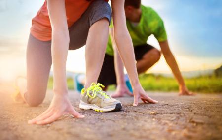 Vara presupune condiții speciale pentru sportivi, iar alergătorii nu fac excepție. Așadar dacă plănuiești să nu-ți întrerupi antrenamentele și participările la competițiile organizate pentru sportivii amatori din această vară, ar trebui să te dotezi cu o pereche de adidași de alergare adaptați condițiilor estivale. Adidașii de alergare sunt cel mai important element al echipamentului. Ei […]