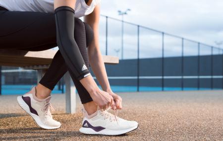 """Adidas vine cu o a doua parte a campaniei """"Run The Game"""" prin care provoacă atleți de top din diverse sporturi să folosească alergarea în antrenamentele lor. Scopul este acela de a demonstra avantajele alergării dar și modul în care o pereche de pantofi sport de alergare poate să susțină un antrenament eficient, cu beneficii […]"""
